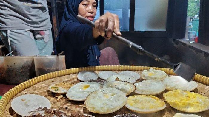 Kisah Pedagang Serabi di Kuningan, Tetap Bertahan Masak Penganan Khas Daerah Pakai Kayu Bakar
