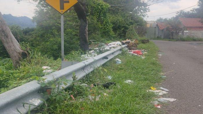 Meski Ditutup, Sampah Tetap Berserakan di Jalan Menuju Tempat Wisata Paralayang Majalengka, Kok Bisa