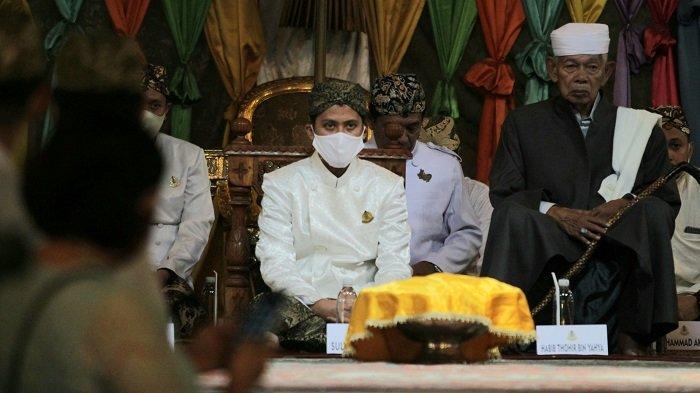 PRA Luqman Zulkaedin (kiri) saat jumenengan Sultan Sepuh XV di Bangsal Prabayaksa Keraton Kasepuhan, Kecamatan Lemahwungkuk, Kota Cirebon, Minggu (30/8/2020).