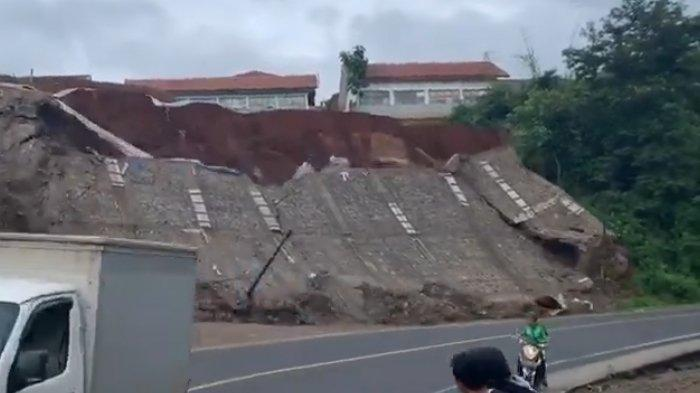 VIDEO VIRAL, Tembok di Pinggir Jalan Raya Limbangan Garut Ambrol Setelah Gempa Bumi