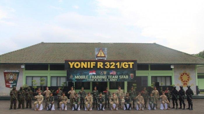 TentaraAmerikadari Tim MTT Security Force Assistance Brigade (SFAB) US Army berfoto bersama dengan Tentara Yonif Raider 321/GT Kostrad Majalengka, Senin (10/5/2021).