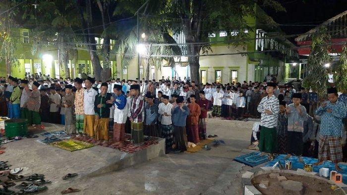Ribuan Santri Ponpes Khas Kempek Cirebon Salat Gaib untuk KH Maimun Zubair