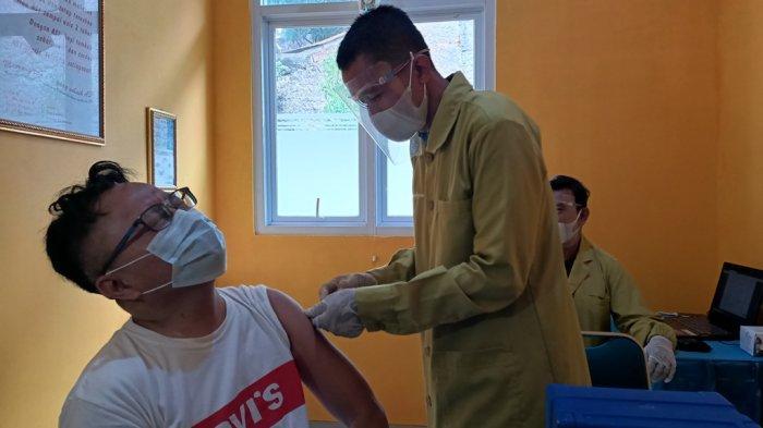 Vaksinasi Covid-19 di Bandung, Wagub Jabar Paling Pertama Disuntik, Ridwan Kamil Hanya Mendampingi