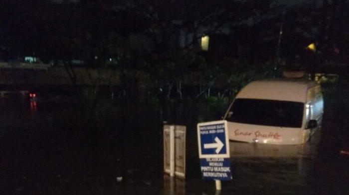 Sopir Travel Terjebak di Dalam Kemudi, Mobil Terendam Banjir BTC Pasteur, Untung Tak Ada Penumpang
