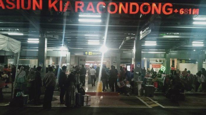 Stasiun Kiaracondong Bandung Dipadati Pemudik, Ribuan Orang Diprediksi Pulang Kampung Hari Ini