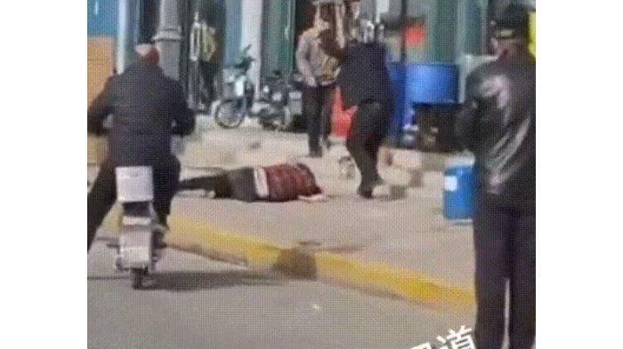 Suami Hajar Istri di Pinggir Jalan hingga Tewas, Dipukul Bata dan Kursi Cuma Gara-gara Ini