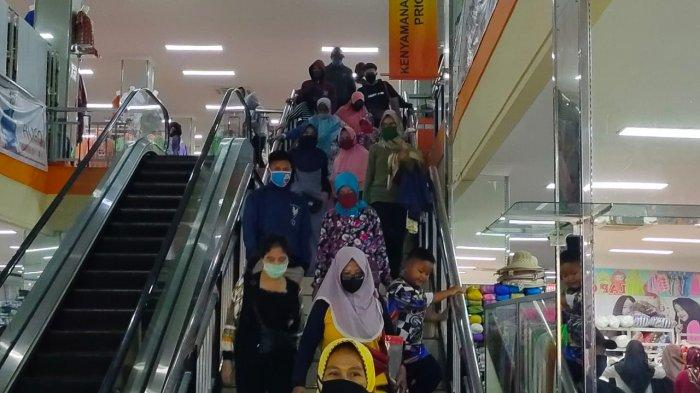 Pengunjung Pasar Baru Meningkat, Orang-orang Beli Baju untuk Lebaran, Eh Toko Ini Justru Sepi Banget