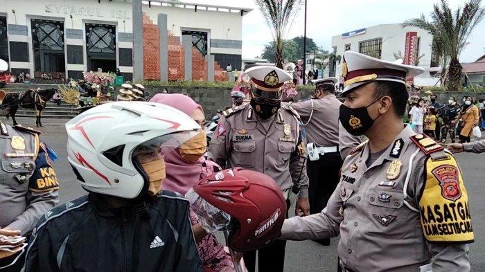 Polres Kuningan Bagi-bagi Takjil dan Helm Gratis Saat Operasi Keselamatan Lodaya 2021 di Alun-alun