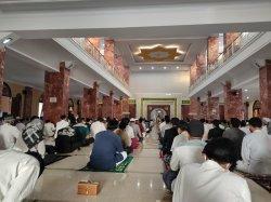 Jemaah Padati Masjid Agung Al-Imam Majalengka untuk Melaksanakn Salat Gerhana Bulan Total