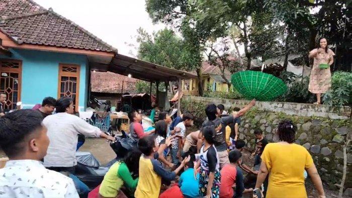 Suasana Warga Desa Kawungsari Kecamatan Cibeureum Kuningan saat sawer atas motor baru