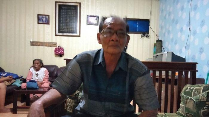 Subandi (71) Warga Kampung  Babakan, Kelurahan Cigadung, Kecamatan Cigugur, Kuningan, saat ditemui di rumahnya, Senin (1/2/2021).