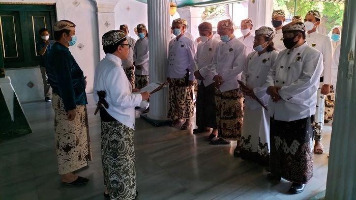 Sultan Aloeda II, Raharjo Djali (kedua kiri), saat melantik perangkatnya diKeraton Kasepuhan, Kecamatan Lemahwungkuk, Kota Cirebon, Rabu (25/8/2021)