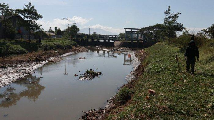 Musim Kemarau, Sungai Citarik Alami Penyusutan Volume Air dan Dicemari Oleh Sampah