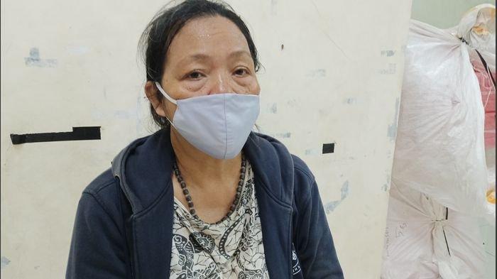 Sutiah (56), warga Desa/Kecamatan Balongan, Kabupaten Indramayu, korban yang trauma pascaledakan dan terbakarnya Kilang Balongan, Senin (29/3/2021).