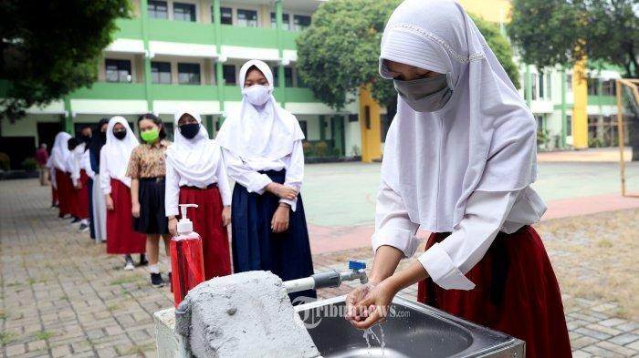 Sejumlah siswa mencuci tangan dengan sabun sebelum mengikuti uji coba kegiatan belajar mengajar (KBM) tatap muka di SMPN 2 Bekasi, Jawa Barat, Selasa (4/8/2020). Pemkot Bekasi memperbolehkan aktivitas tatap muka di sekolah kembali berlangsung dengan alasan angka penularan Covid-19 di Kota  sudah di bawah satu. Tribunnews/Jeprima