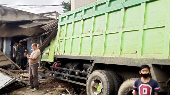 Kecelakaan Beruntun Terjadi di Depan Alun-alun Tanjungsari Sumedang, Truk Nyangkut di Ruko