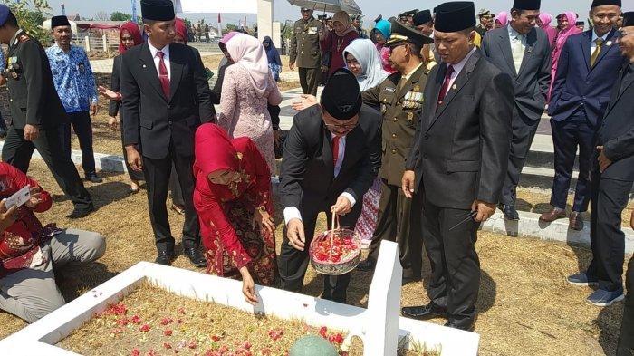 Memperingati Hari Pahlawan, Bupati Cirebon Tabur Bunga di Makam Pahlawan Cakrabuana