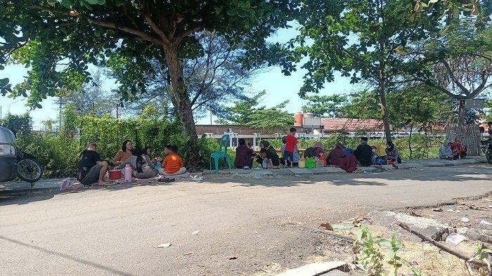 Wisawatan gelar tikar di areal parkir Pantai Tirtamaya Indramayu, Minggu (16/5/2021).