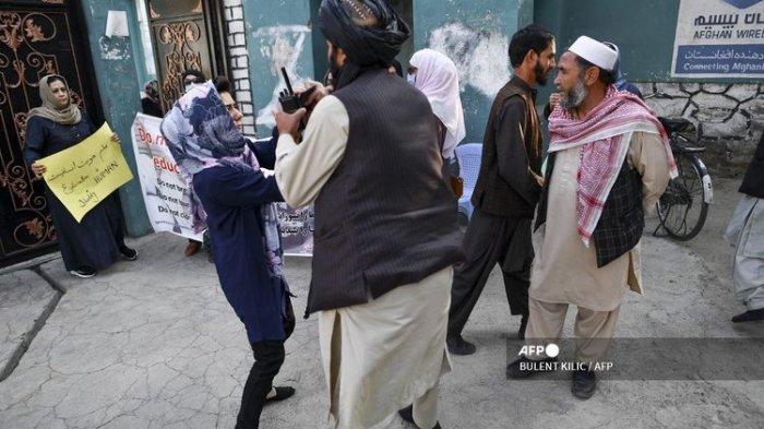 Taliban Bertindak Kasar Mendorong Wanita yang Unjuk Rasa Menuntut Agar Murid Perempuan Bisa Sekolah