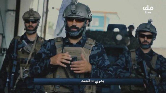Sebuah video yang diambil dari RTA TV Afghanistan menunjukkan gambar propaganda Pasukan Khusus Badri 313 Taliban berpatroli di jalan-jalan di lokasi yang tidak dikenal di Afghanistan