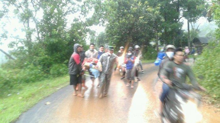Seorang Ibu di Garut Mau Melahirkan Terpaksa Ditandu Karena Terhalang Longsor, Ban Ambulans Bocor