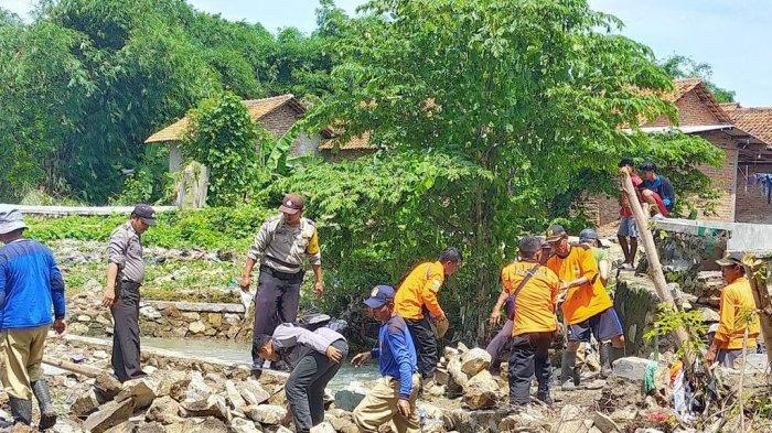 BPBD Kabupaten Cirebon Perbaiki Tanggul Jebol di Sungai Cikenang Desa Gamel