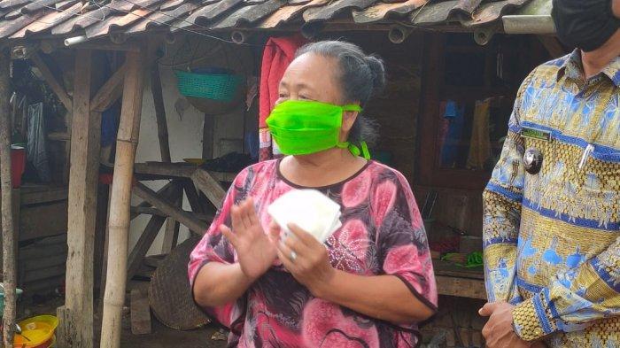 Tangis Haru Nenek Masni yang Hidup Sebatang Kara Dapat Bantuan Sembako di Majalengka