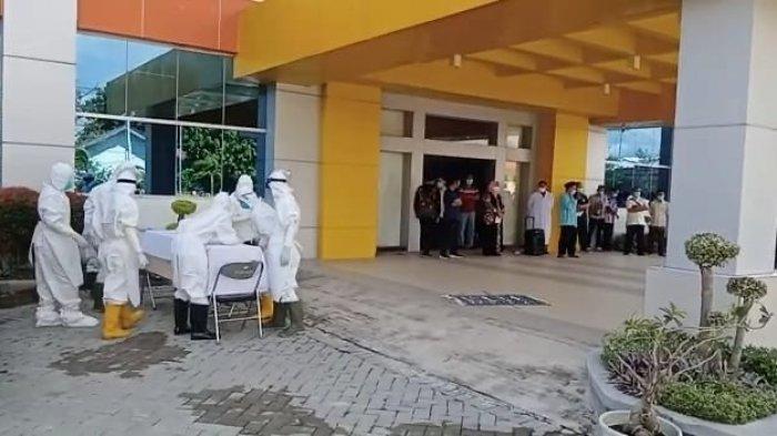 Seluruh karyawan dan management RSUD Indramayu saat memberi penghormatan terakhir untuk bidan IK, Jumat (2/7/2021).
