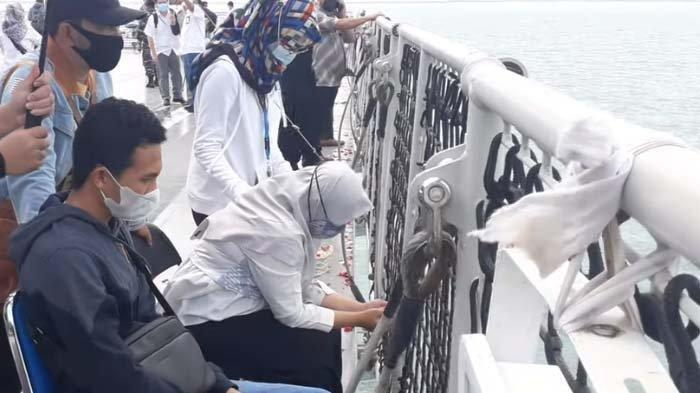 Tangis Pilu Keluarga Kapten Afwan Saat Tabur Bunga di Lautan, Jasad Sang Pilot Tak Ditemukan