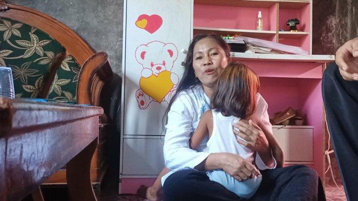 Tangis Wartiah (43) pecah saat menceritakan kondisi yang dialami anaknya, Kusniah (6) yang mengalami kelainan Atresia Ani atau memiliki kelainan tidak punya anus.