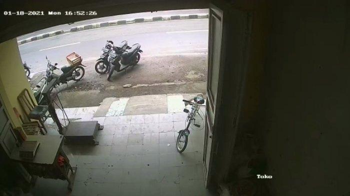 VIRAL Video Wanita Muda Curi Sepeda Motor di Sebuah Warnet di Soreang Bandung, Aksinya Terekam CCTV