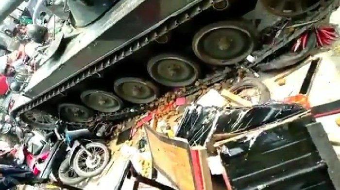 Tank Milik TNI Menabrak Gerobak dan Motor di Bandung Barat, Video Pendeknya Sempat Viral