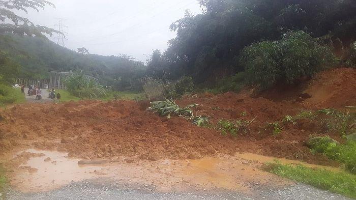 Tebing 25 Meter Longsor Membuat Jalan Tertutup di Sukasari Purwakarta, Diduga Akibat Diguyur Hujan