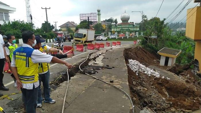 Tebing Setinggi 10 Meter dan Panjang 38 Meter Longsor di Jalan Nasional Puncak Cianjur