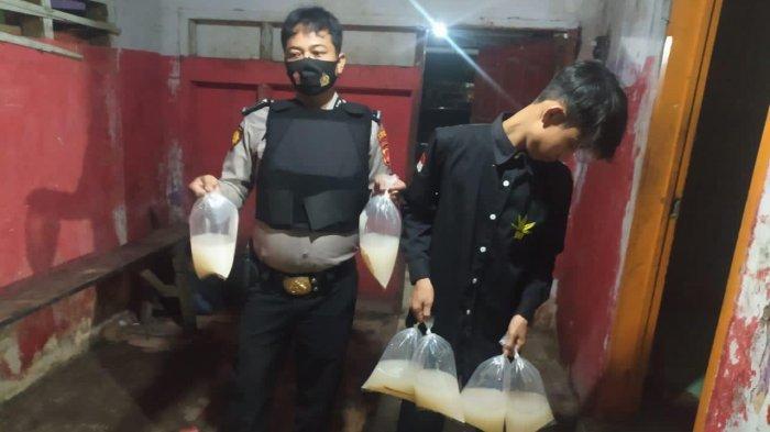 Polisi saat menggerebek sejumlah warung yang menjadi lokasi penjualan miras di Kabupaten Indramayu.