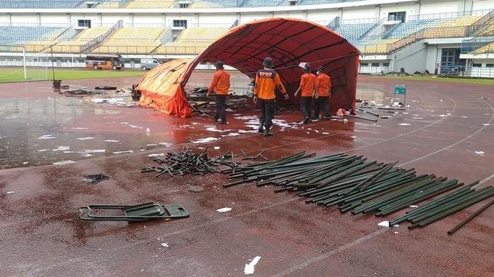 ADA 11 Tenda di Acara Vaksinasi Massal Roboh Diterjang Angin Kencang dan Hujan Deras di Stadion GBLA