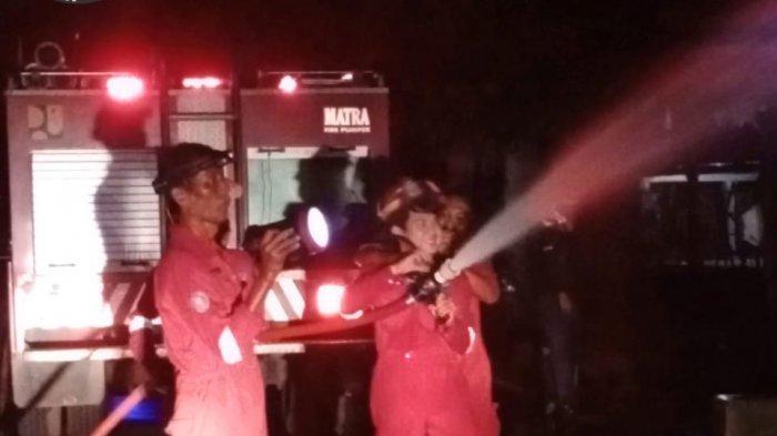Warung Ayam Bakar di Indramayu Terbakar Hebat, Seketika Hangus Dilalap Si Jago Merah