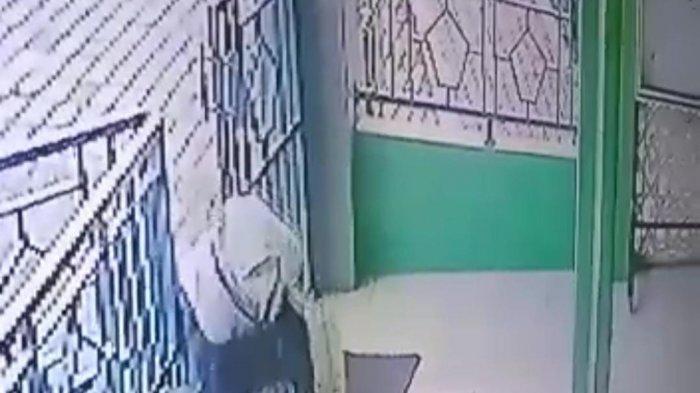 Wanita di Tangerang Tega Membuang Bayi yang Baru Dilahirkan di Halaman Masjid, Aksinya Terekam CCTV