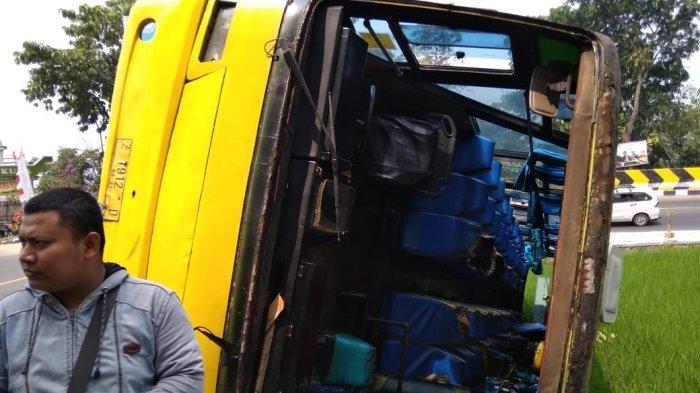 Bus Karunia Bakti Terguling di Tikungan Tapal Kuda Cianjur, Penumpang Keluar Lewat Kaca Depan Bus