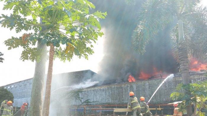 Kebakaran Terjadi di Jalan Babakan Ciparay Bandung, Petugas Damkar Masih Berusaha Padamkan Api
