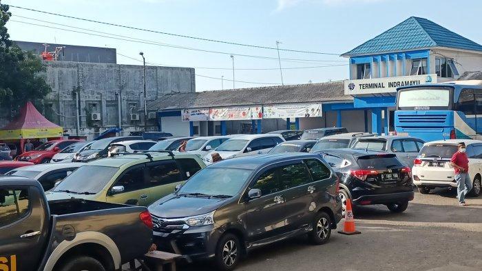 Terminal di Indramayu Berubah Jadi Tempat Parkir Pengunjung yang Belanja Kebutuhan Lebaran