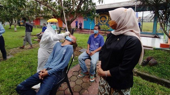 Ada Pegawai Positif Covid-19, Ratusan Napi Lapas Khusus Narkotika Kelas IIA Cirebon Jalani Swab Test