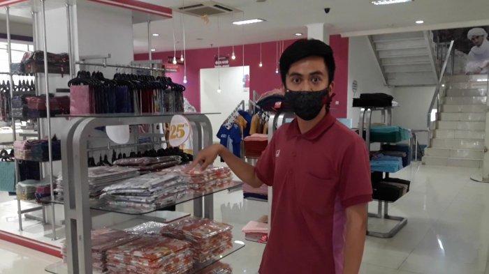 Store Manager Outlet pakaian muslim, Gilang Riyadi saat menunjukan tempat kerudung yang menjadi sasaran pencuri.