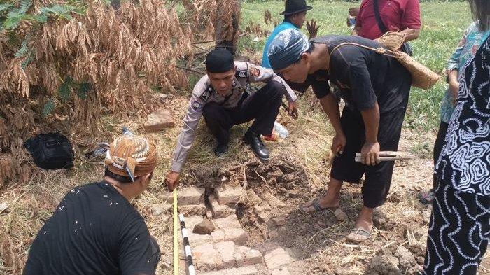 Sering Didatangi Pria Tampilan Seperti Biksu, Polisi Ini Temukan Tilasan Bangunan Candi di Indramayu