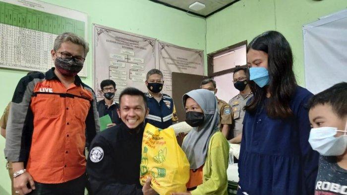 Tim Prabu Polrestabes Bandung Bantu Kirim Makanan untuk Warga Munggahan