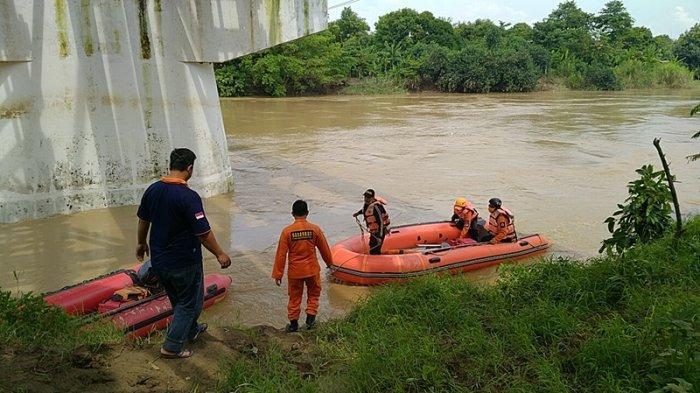 Aliran Sungai Cimanuk yang Deras Membuat Tim SAR Gabungan Alami Kesulitan Mencari KakekKamsiah