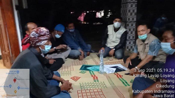 Petugas BP2MI saat mengantar jenazah Elah Pragawati (38), TKW yang meninggal di Hong Kong ke rumah duka di Desa Loyang, Kecamatan Cikedung, Kabupaten Indramayu.