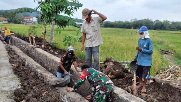 Jaga Ketahanan Pangan, Prajurit TNI Kodim 0615/Kuningan Bantu Petani Bangun Saluran Irigasi
