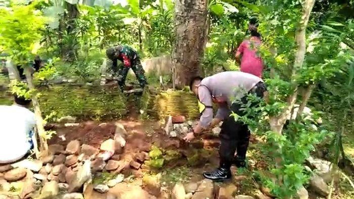 Jelang Bulan Ramadan, Anggota TNI - Polri di Kuningan Bareng Warga Lakukan Ziarah Kubur