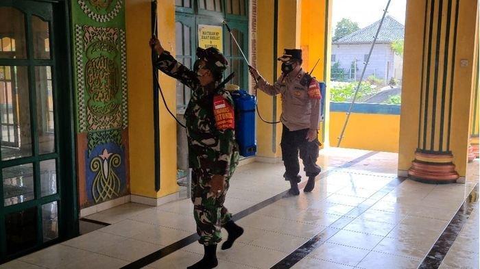TNI Polri Terjun ke Masjid-masjid di Indramayu, Lakukan Penyemprotan Menggunakan Cairan Disinfektan